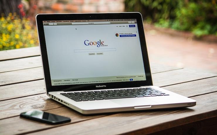 ordinateur portable avec google ouvert sur l'écran