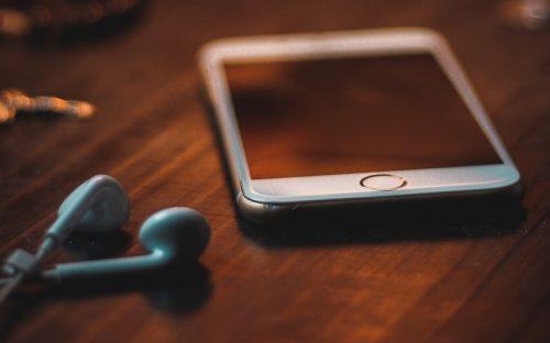 Telefono cellulare e cuffie posa sul tavolo che potrebbe essere venduto