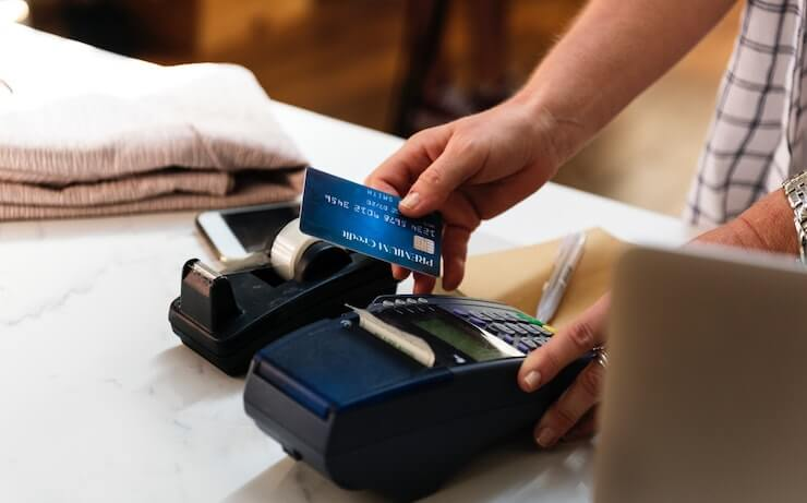 Person using credit card to pay for something at the store