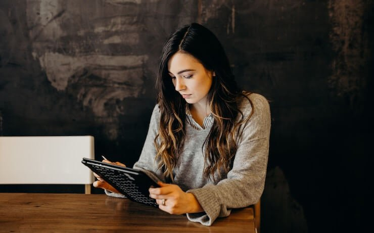 Women reading on her tablet in a cafe